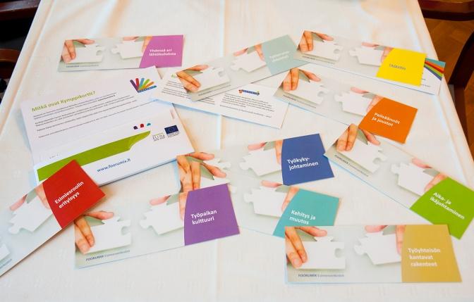 Kymppikortit, ohjekortit ja Viisi tapaa käyttää Kymppikortteja -esite kulkevat kätevästi mukana niille suunnitellussa kuoressa.
