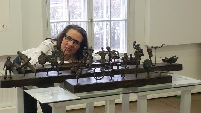 Saija Mustaniemi (kuvassa) on ideoinut etualalla olevan teoksen Painavaa asiaa - kuntalaisten muotokuvat. Taiteilijoina oli ryhmä kuntalaisia, ohjauksen ja valun toteutti Heli Ryhänen.