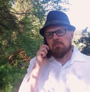 Opettaja Tero Tuomi suomalaisessa luonnossa puhuu puhelimeen